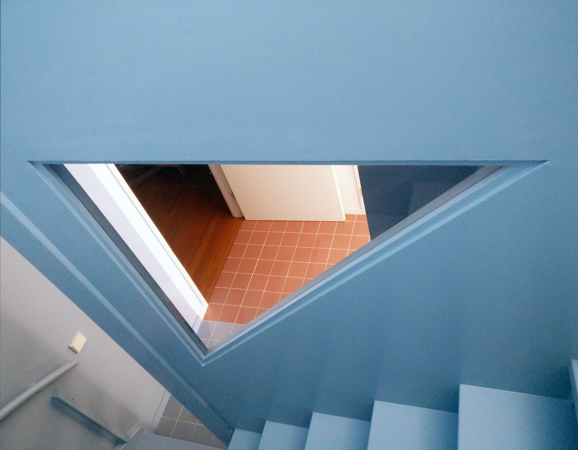 Lagado-architects-workhome-noordereiland-interior-triangular-windows-blue-stair-triangular-window-terracotta-tiles