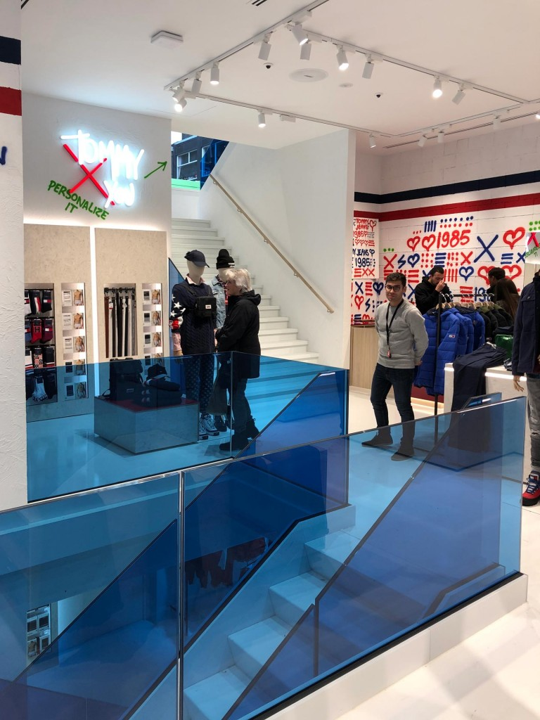 Tommy-Jeans-Lijnbaan-LAGADO-local-architect-rijksmonument-facade-interior-blue-glass-stairs