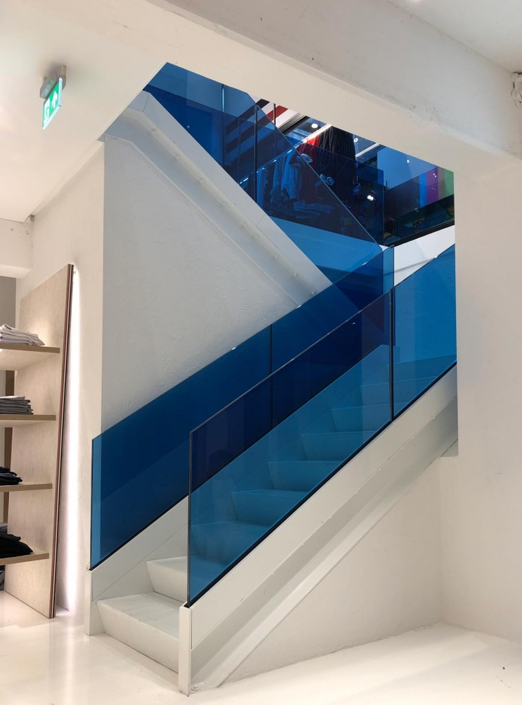 Tommy-Jeans-Lijnbaan-LAGADO-local-architect-rijksmonument-facade-interior-blue-glass-stairs1