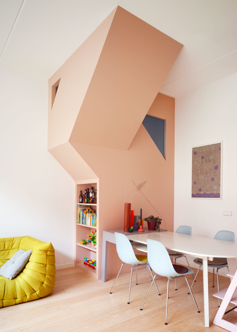 The stairs are manifested in the livingroom in a bold sculptural gesture - Photo by Rubén Dario Kleimeer