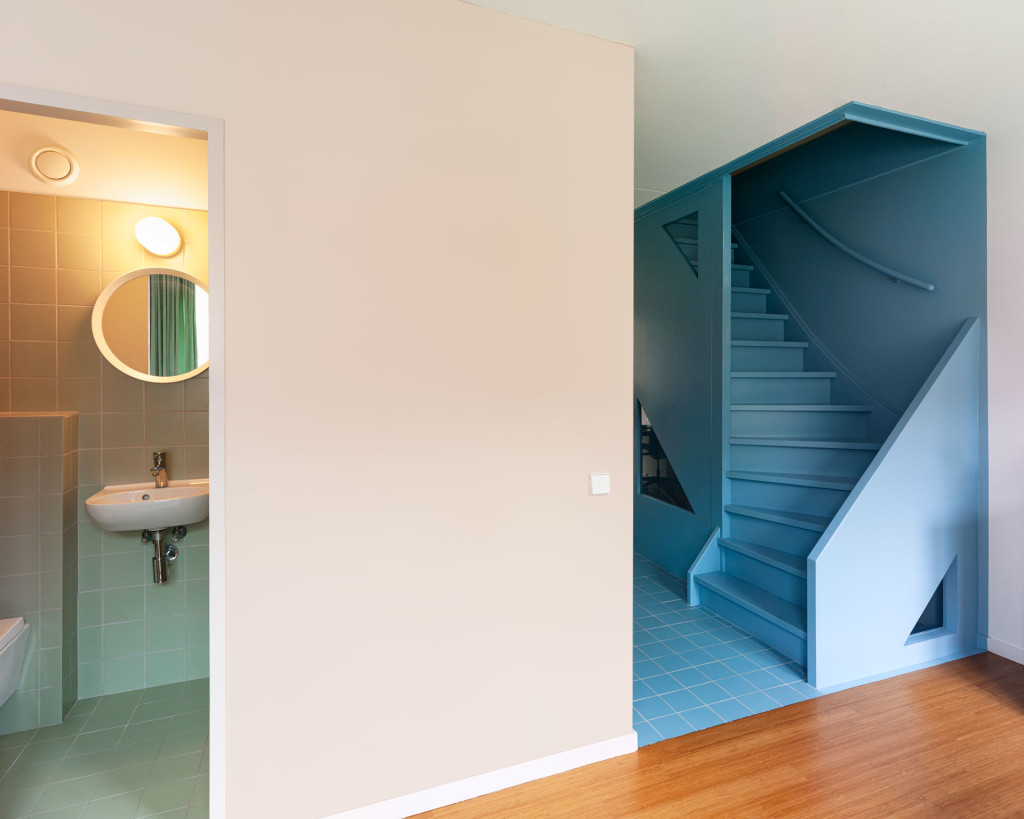 6-Lagado-architects-workhome-playhome-Rotterdam-interior-blue-stair-bathroom-green-tiles-pink-bamboo-by Ruben Dario Kleimeer